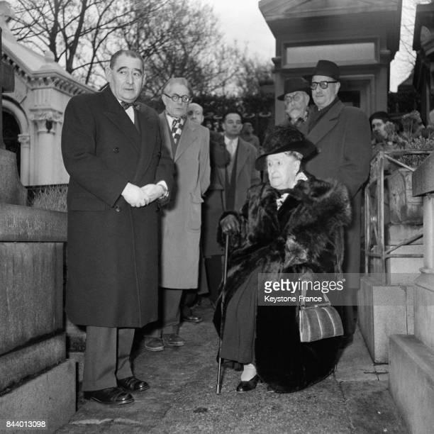 Inauguration du buste de Georges Méliès au cimetière du Père Lachaise en présence du ministre du Commerce et de l'Industrie Monsieur Henri Ulver et...