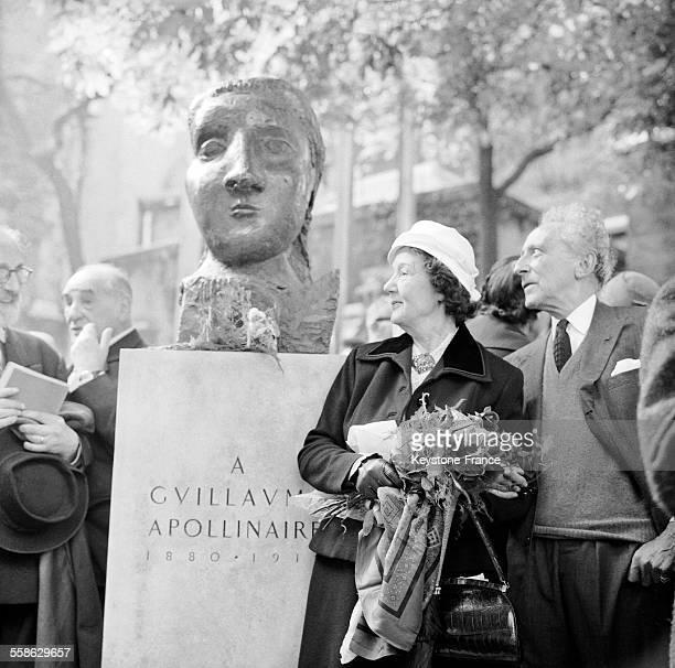 Inauguration du monument en hommage à Guillaume Appolinaire réalisé par Pablo Picasso à SaintGermaindesPrès à Paris France le 5 juin 1959 en présence...