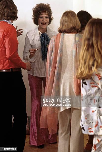 Inauguration Of The Bookstore In Saintbenoit Street Paris octobre 1969 Anna KARINA portant un pantalon fushia une cigarette à la main rigole en...