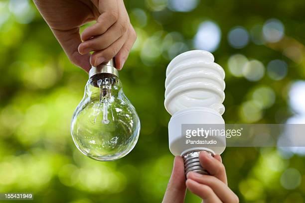 Glühende und Energiesparlampen