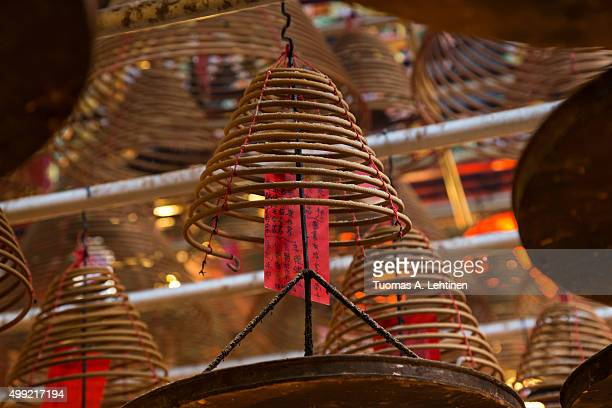 incense cones at the man mo temple in sheung wan, hong kong, china. focused on one coil - man motempel stockfoto's en -beelden