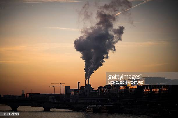 TOPSHOT A incinerator is pictured from the river Seine bank at sunrise on January 6 2017 in Paris / AFP / LIONEL BONAVENTURE