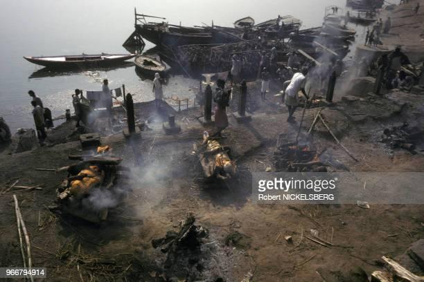 Incinérations sur le bord du fleuve Gange 15 décembre 1991 à Varanasi/Bénarès en Inde