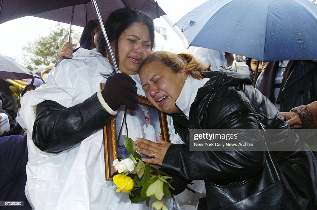 "Inconsolable family members, one crying, ""Papi! Papi!,"" mour : News Photo"