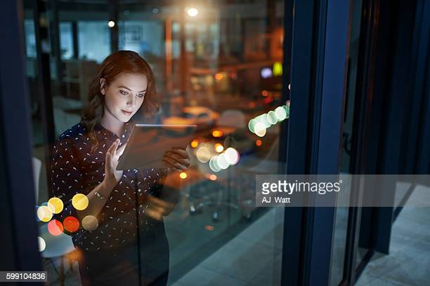 increasing her efforts to maximise her success - tecnologia imagens e fotografias de stock
