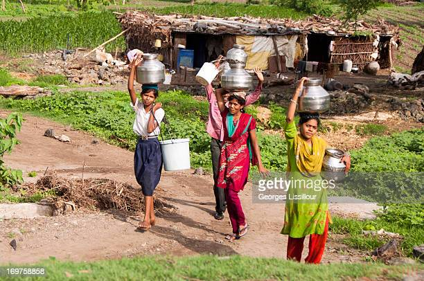 Incredible scene of peasant life we meet children fetching water with jars, eternal India that I love.