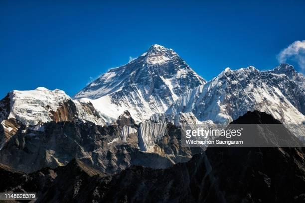 incredible view of mt. everest peak from rejo pass, nepal - エベレスト ストックフォトと画像