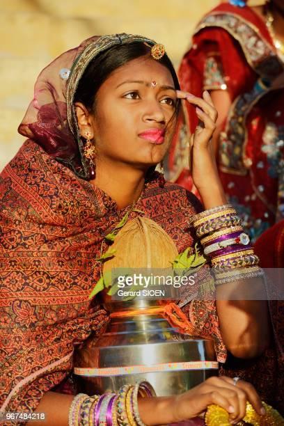 Inde Rajasthan region du Marwar Jaisalmer festival du Desert ceremonie de la procession de jeunes femmes//India Rajasthan Marwar region Jaisalmer...