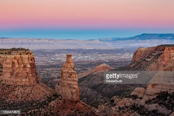 unabhängigkeitsdenkmal, co national monument - colorado national monument stock-fotos und bilder
