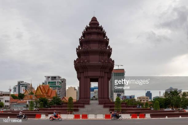 monumento de la independencia de phnom penh - gwengoat fotografías e imágenes de stock