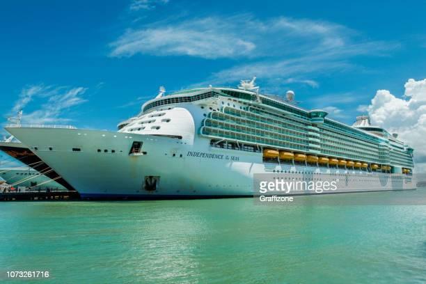 海とディズニー ・ ファンタジーの独立性 - 旅客船 ストックフォトと画像