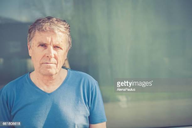 Independent Senior Mann mit grauen Haaren Porträt im freien