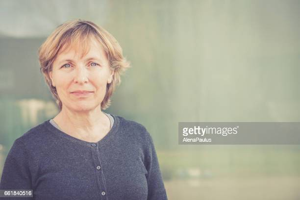 independent senior woman with short hair portrait outdoors - donna 50 anni foto e immagini stock