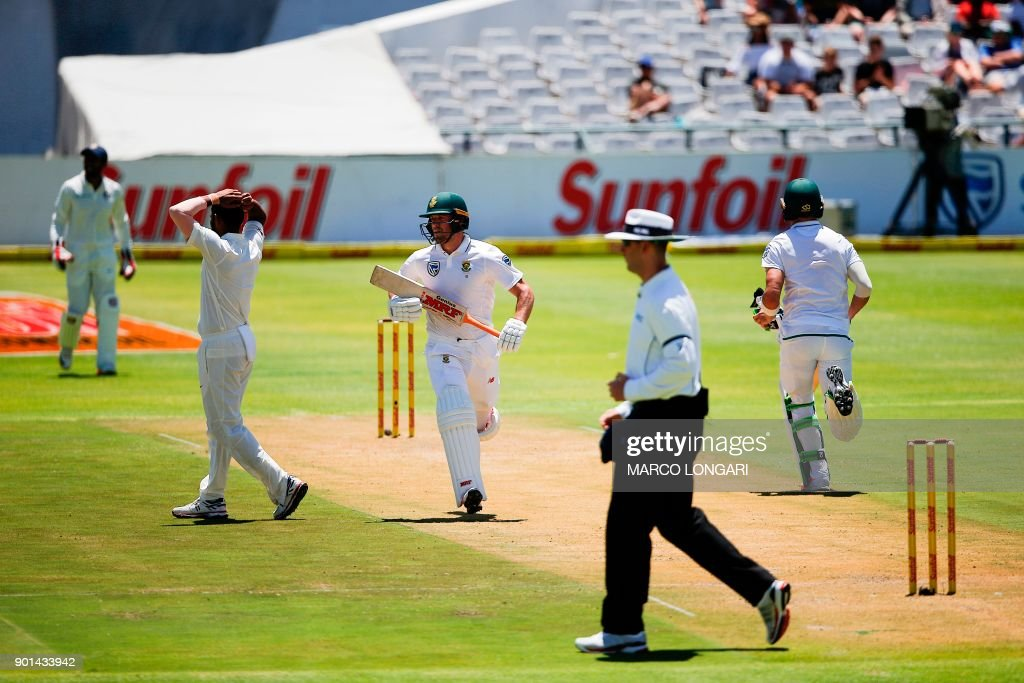 India bowler Mohammed Shami (2ndl) reacts as South Africa's batsman AB de Villiers (C) scores a four during day one of the First Test between South Africa and India in Cape Town, on January 5, 2018. /