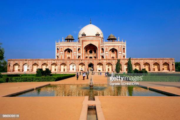 india, delhi, humayun's tomb, mughal mausoleum from the 16th century - mausoleum stock pictures, royalty-free photos & images
