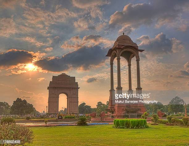 india gate and canopy at sunset - india gate stock pictures, royalty-free photos & images