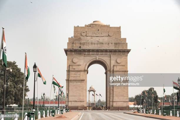 india gate and the indian flag, new delhi - india gate stock pictures, royalty-free photos & images