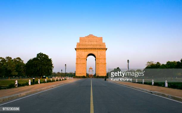 india gate at the blue hour - india gate stock pictures, royalty-free photos & images