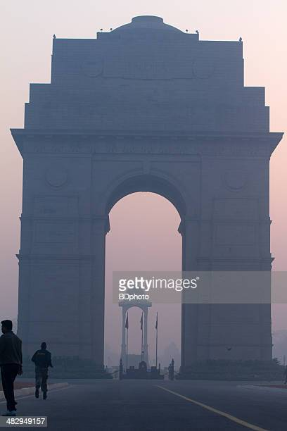 india gate during bad air conditions - india gate delhi stock pictures, royalty-free photos & images