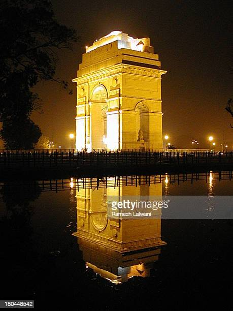 india gate reflection - india gate stock pictures, royalty-free photos & images