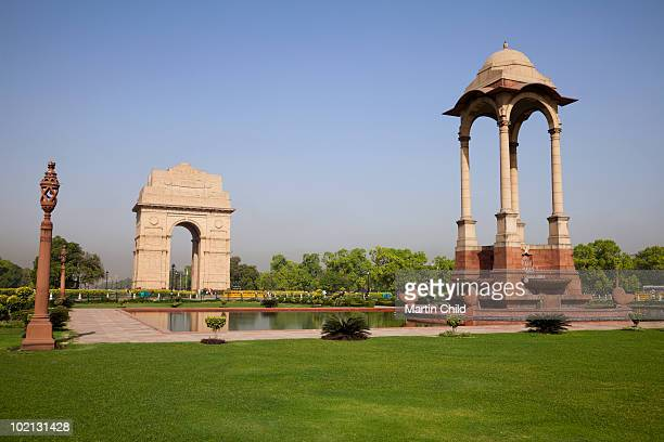 india gate with statue canopy - india gate stock pictures, royalty-free photos & images