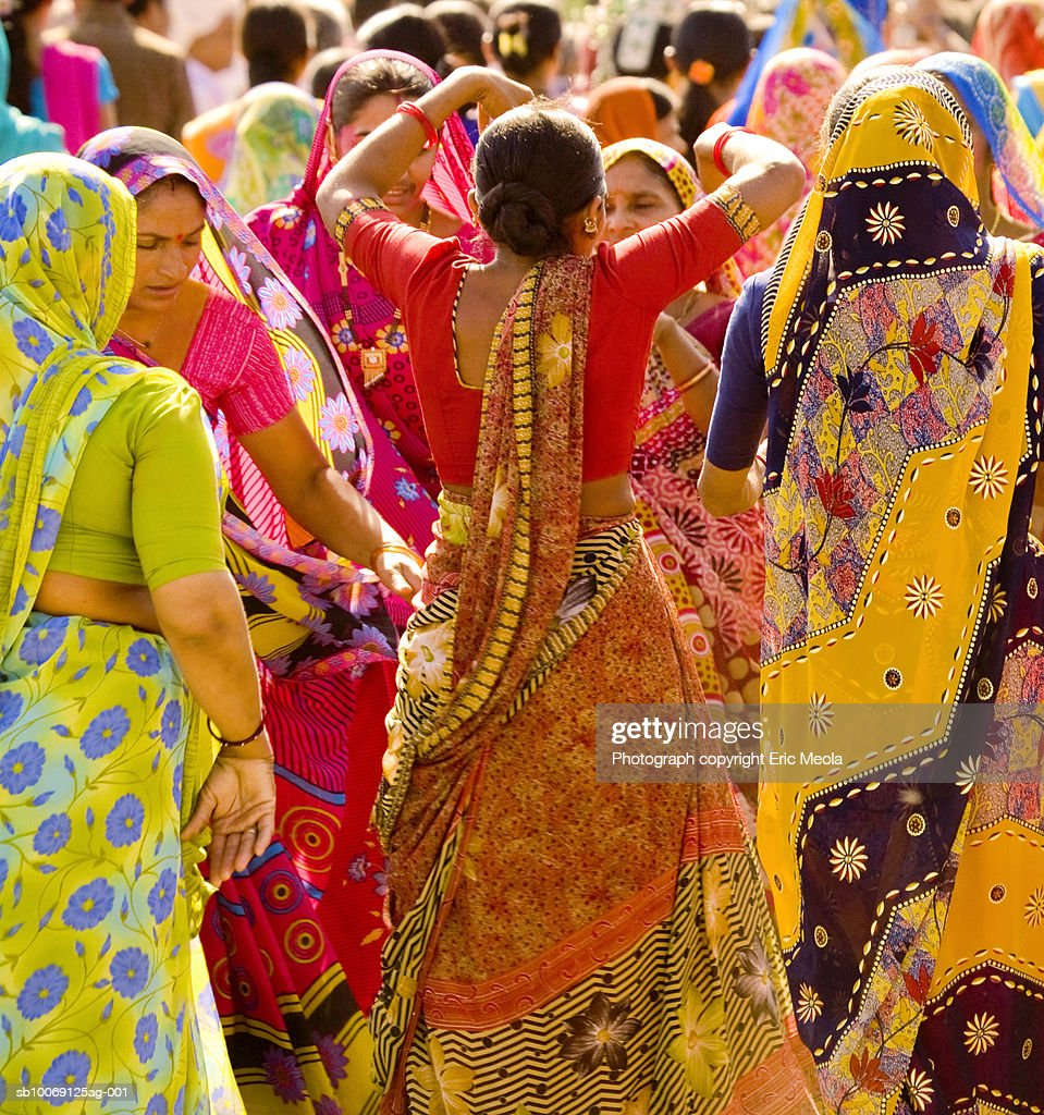 India, Gujarat, Large group of women dancing : Stockfoto