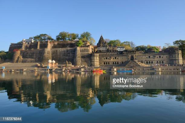 india, madhya pradesh, maheshwar, ahilya fort and narmada river - madhya pradesh stock pictures, royalty-free photos & images