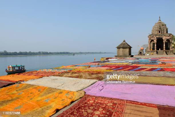 "india, madhya pradesh, maheshwar, drying saris on the banks of the narmada river ""n - madhya pradesh stock pictures, royalty-free photos & images"
