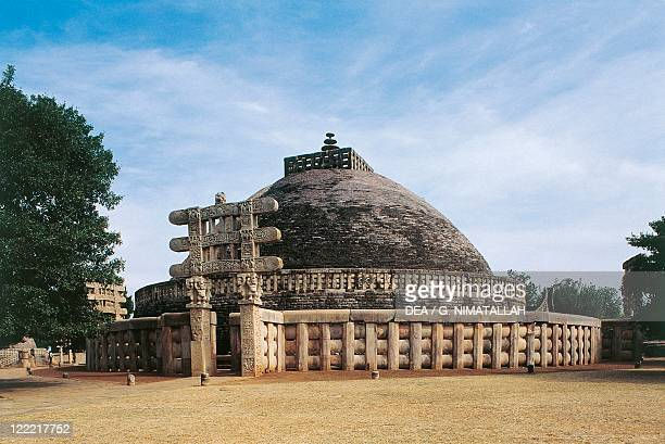 India, Madhya Pradesh, Sanchi, Great Stupa, western gateway .