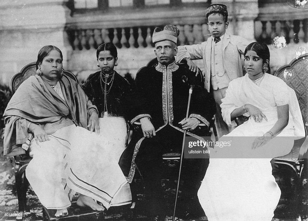 India, Maharaja with his wife and children. - probably in the 1910s : News Photo