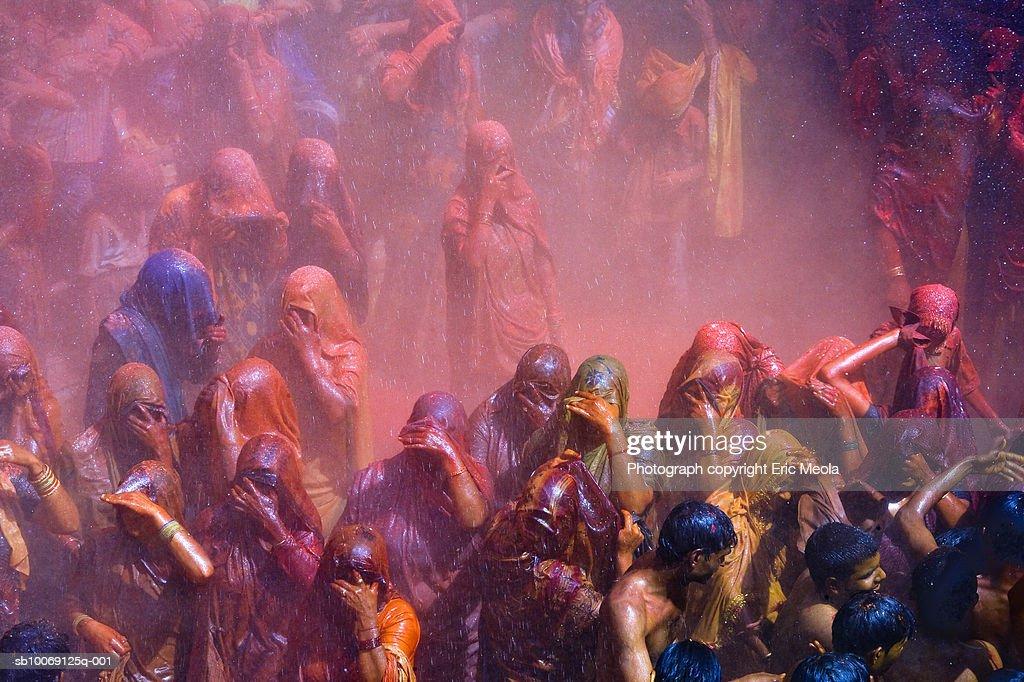 India, Mathura, Holi, crowd of people celebrating : Stockfoto