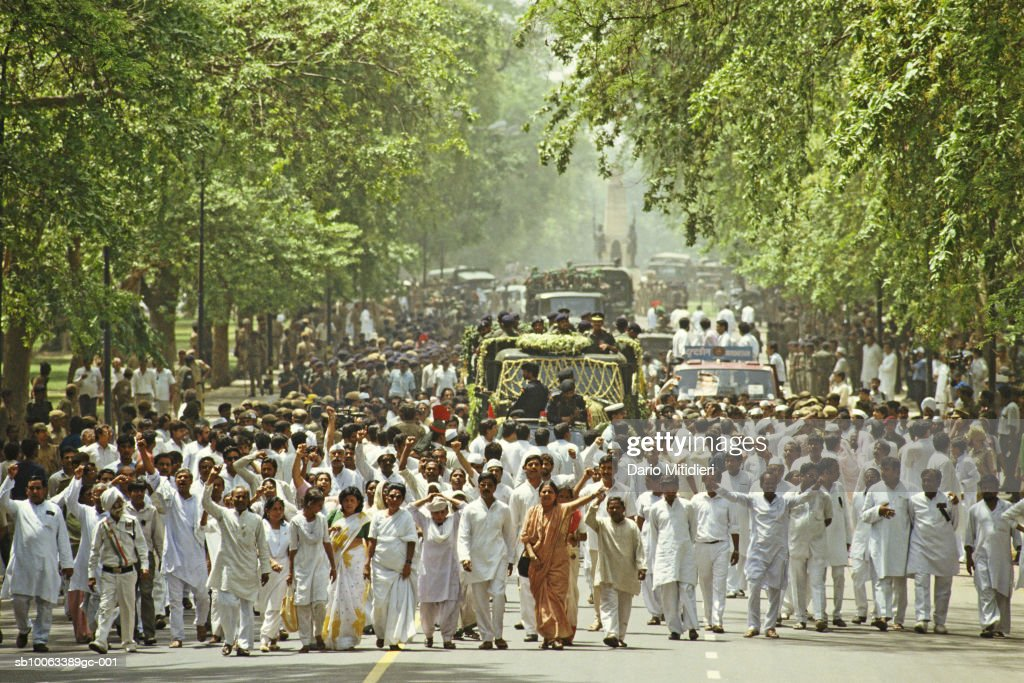 India, New Delhi, funeral procession of Rajiv Ghandi : News Photo