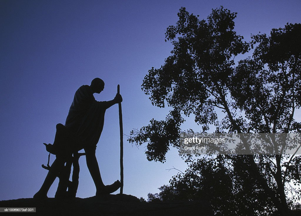 India, New Delhi, silhouette of Mahatma Gandhi memorial against sky : Stockfoto