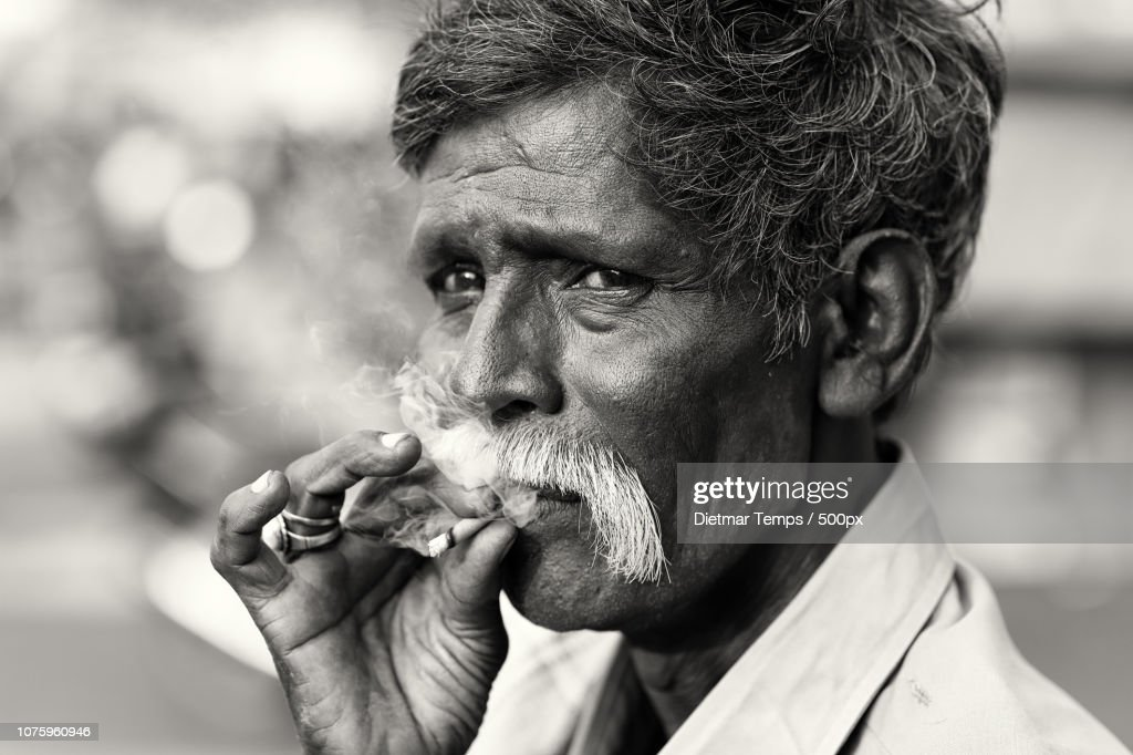 India, old man with cigarette : Stock-Foto