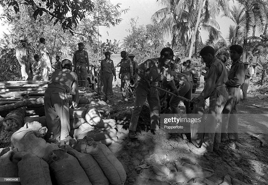 India Pakistan War, 2nd December 1971, Pakistan army soldiers fill sandbags as they dig in at Burinda, the Jessore area of East Pakistan - only a few miles from the Indian border, during the conflict between the two nations : News Photo
