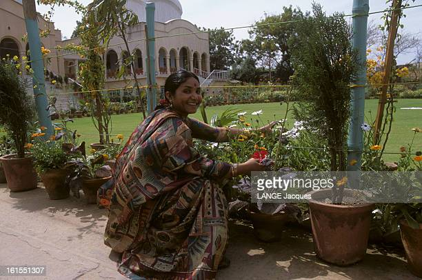 Phoolan Devi Phoolan DEVI en sari sentant des fleurs dans un jardin de DELHI INDE