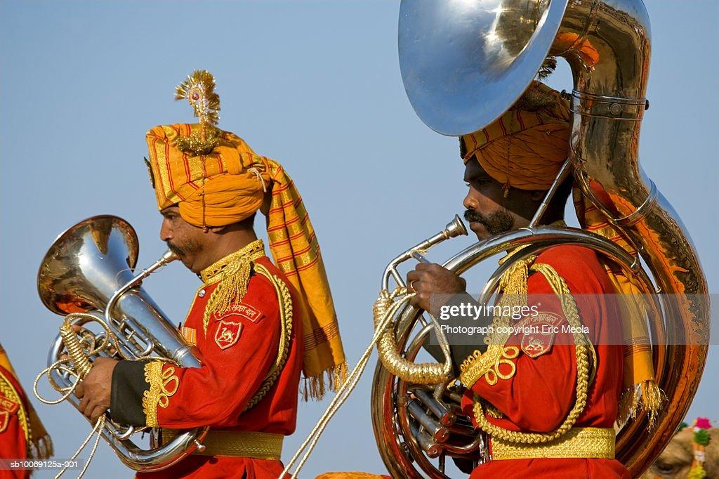 India, Rajasthan, Jaisalmer, Band playing at desert festival : Stockfoto