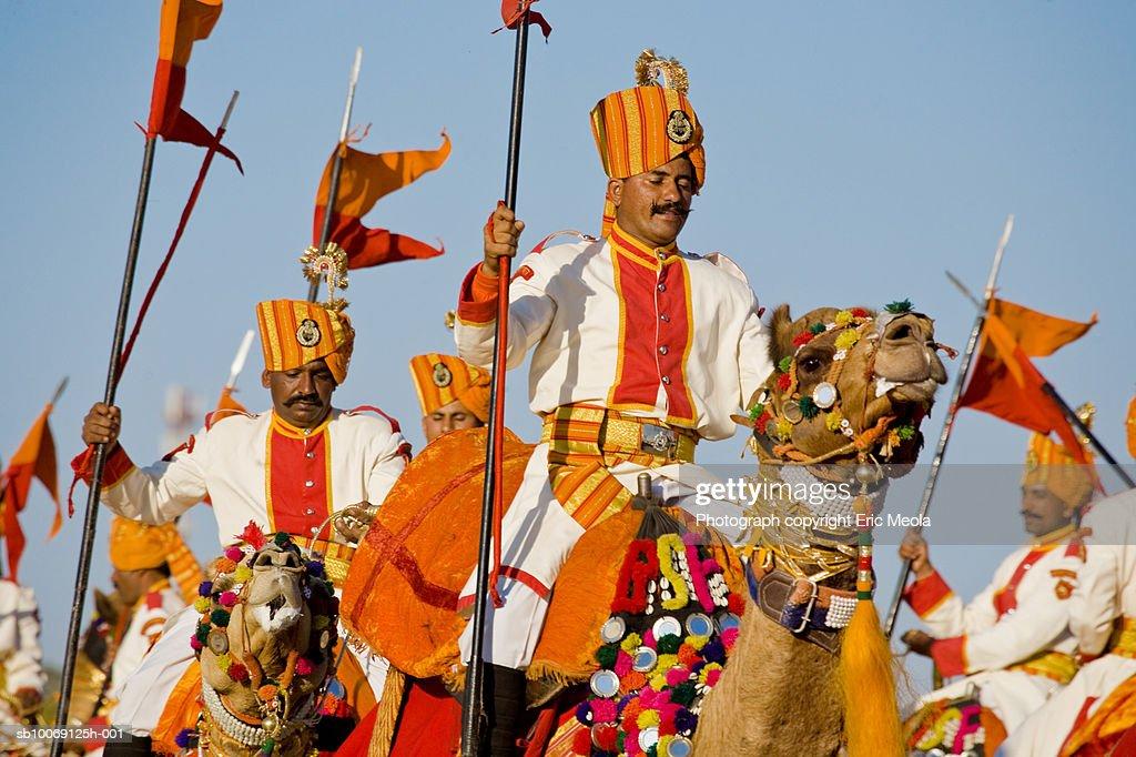 India, Rajasthan, Jaisalmer, Guards on camels : Stockfoto
