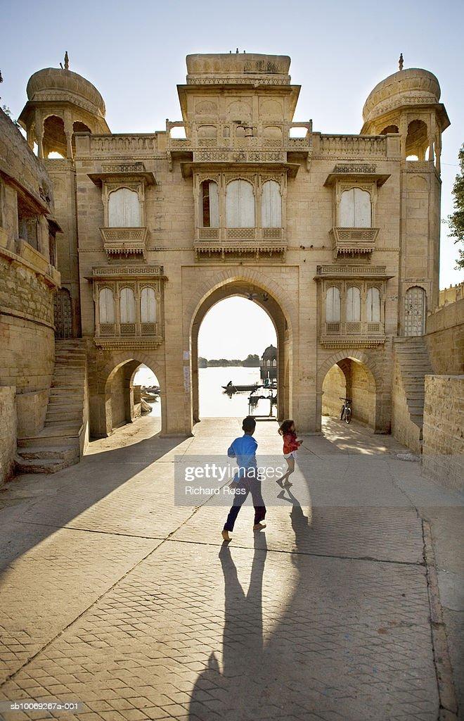 India, Rajasthan, Jaisalmer, two children (3-8) playing in courtyard : Stockfoto