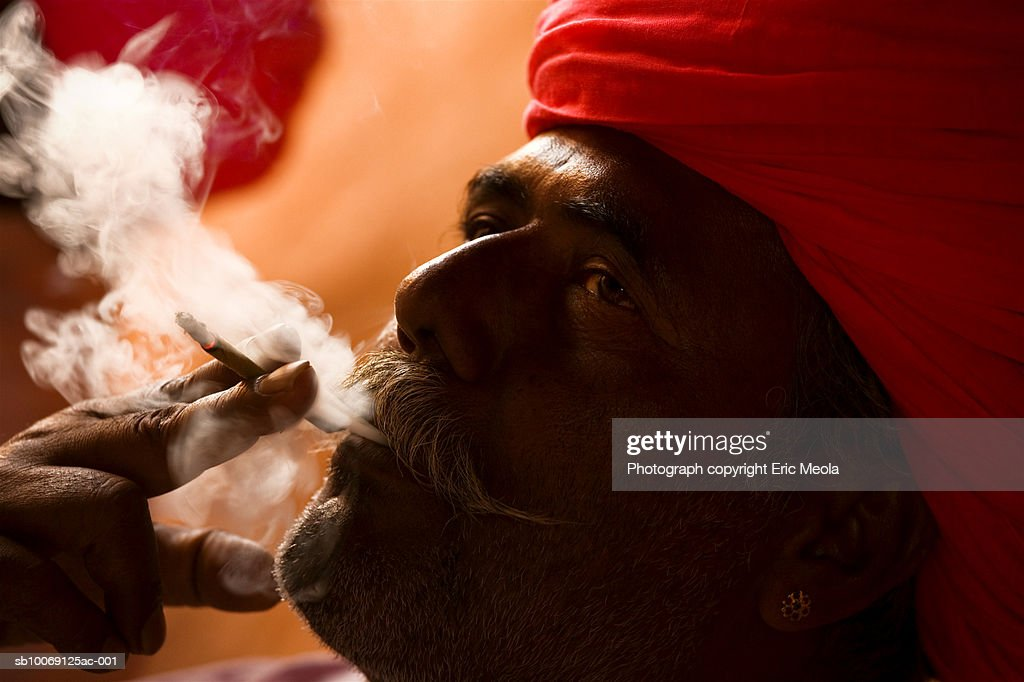 India, Rajasthan, Rohetgarh, Man smoking bidi, close-up : Stockfoto