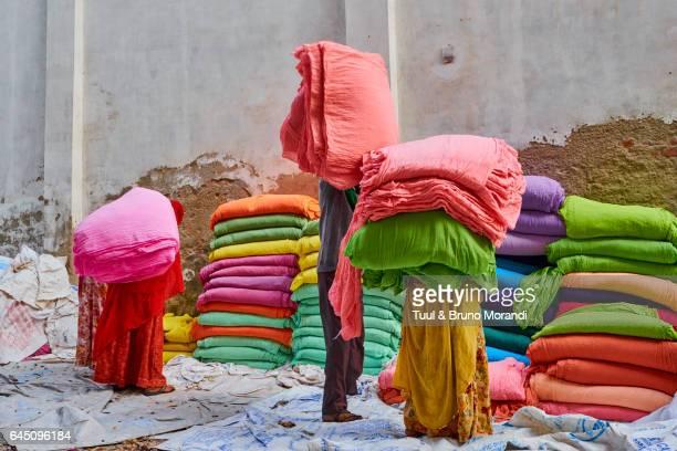india, rajasthan, sari factory - färbemittel stock-fotos und bilder