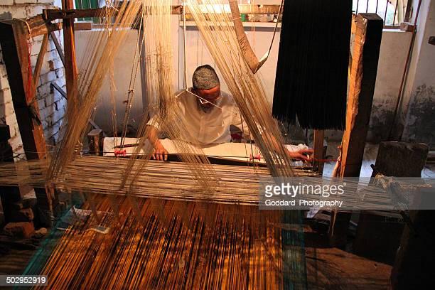 índia: espreitando de seda em varanasi - seda - fotografias e filmes do acervo