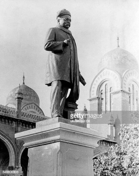 India Tamil Nadu Chennai Madras The statue of the leader Gopal Krishna Gokhale in front of the palace of justice ca 1927 Photographer Martin...