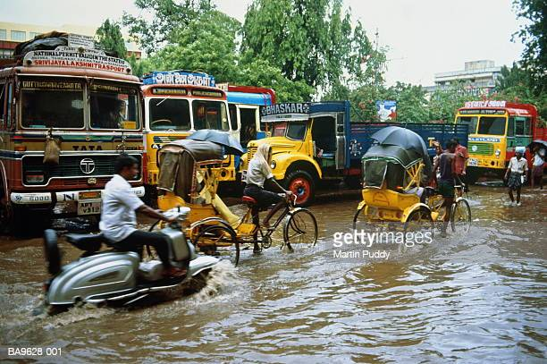 india, tamil nadu, madras, traffic during monsoon floods - monsoon stock pictures, royalty-free photos & images
