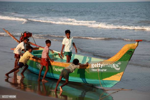india, tamil nadu, mamallapuram, mahabalipuram, beach, boys, fishing boat - tamil nadu stock pictures, royalty-free photos & images
