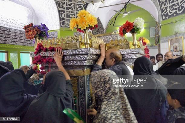 india, uttar pradesh, lucknow, imambara talkatora karbala, ashura festival, shia devotees mourning the martyrdom of imam hussain - muharram stock pictures, royalty-free photos & images