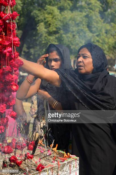 india, uttar pradesh, lucknow, imambara talkatora karbala, ashura festival, shia devotees in prayer - muharram stock pictures, royalty-free photos & images