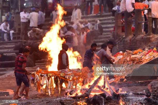 india, uttar pradesh, varanasi, manikarnika ghat, bringing a dead body on the funeral pyre - dead body - fotografias e filmes do acervo