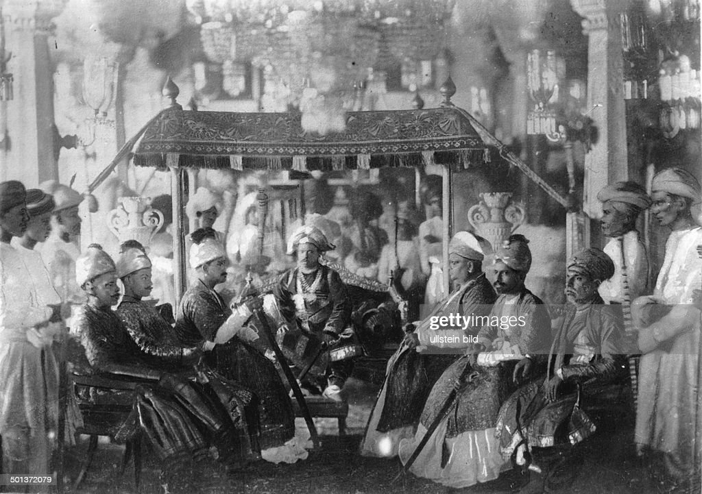 India, visit of a Maharaja. - probably in the 1910s : News Photo