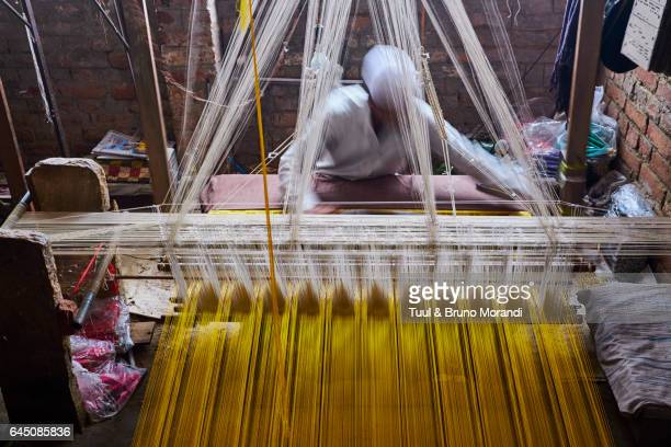 india, weaving of famous silk sari from benares - loom stock pictures, royalty-free photos & images